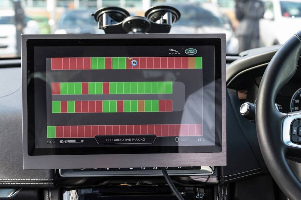 Die selbstfahrende Valet Technologie findet einen Parkplatz und parkt das Fahrzeug (Quelle: Jaguar Land Rover)