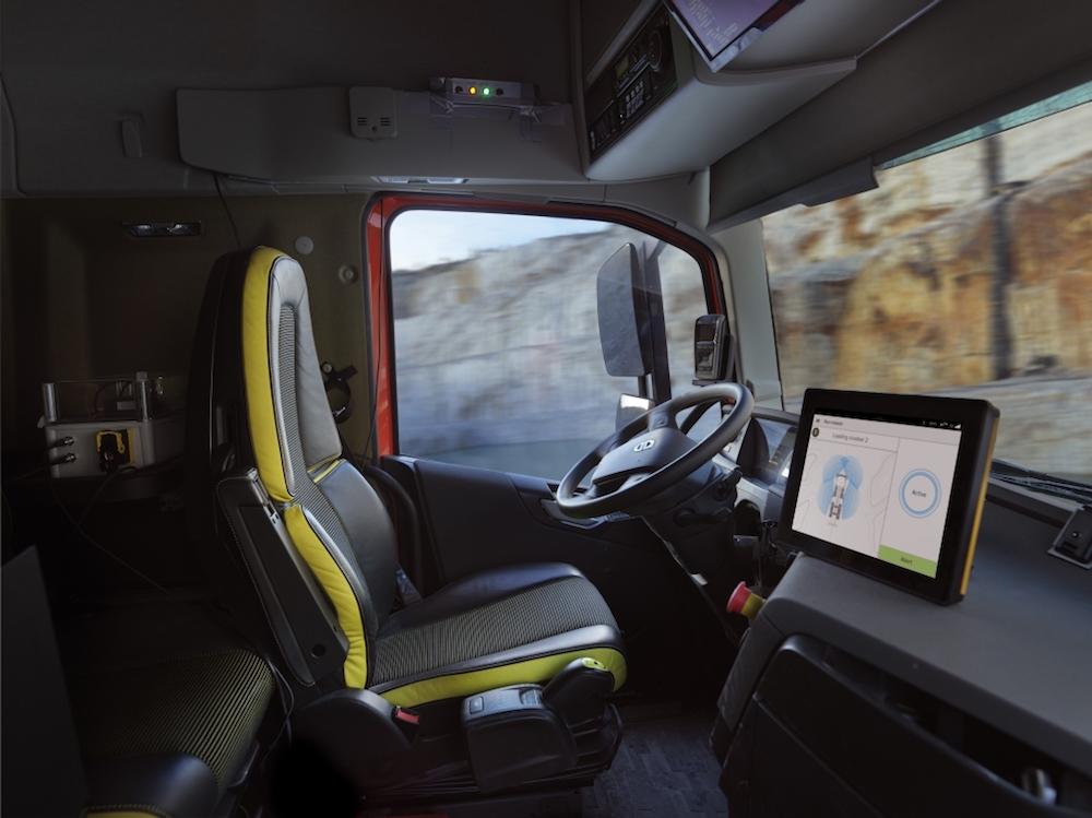 Die selbstfahrenden Lkw des Typs Volvo FH werden vom Fahrer eines Radladers gesteuert